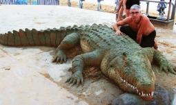 Mang 'thú dữ' ra bãi biển tắm nắng